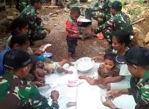Anggota Pos Nino Satgas Pamtas RI-RDTL Sektor Barat Yonif Mekanis 741/Garuda Nusantara memberikan pelatihan pengolahan jagung menjadi Pop Corn bagi masyarakat TTU, NTT sebagai pilihan baru pengolahan jagung.