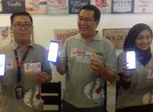 Aji Saputra (kiri), Bernard Erwin Karamoy dan Via saat menunjukkan program aplikasi TASAKU di Malang, Sabtu (3/8/2019).