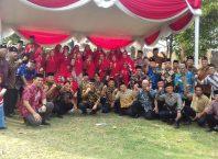 Warga RW 06 Perum Permata Jingga, Kelurahan Tunggulwulung, Kecamatan Lowokwaru, Kota Malang, Jatim pose bersama usai upacara bendera memperingati HUT Kemerdekaan RI ke 74, Sabtu (17/8/2019).