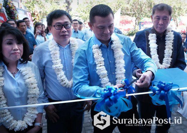 Peresmian Kantor Penjualan Zurich yang ke-enam di Surabaya oleh Budi Darmawan, Chief Distribution Officer Zurich Topas Life, didampingi oleh (kika) Fenny Julia - Agency Senior Leader, Fredy Limpahala - Founder dan Pemilik Grha Blue Diamond Agency, dan David Ng - Agency Senior Leader.