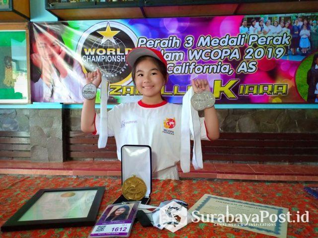 Izabelle Kiara Kurniawan menunjukkan tiga medali yang diraih di ajang kompetisi WCOPA, California, Amerika Serikat.