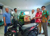 Wakil Rektor I, Yahmin MPd saat menyerahkan hadiah doorprize motor yang diundi saat wisuda kepada Rizqi Awwaliyah Romadhoni