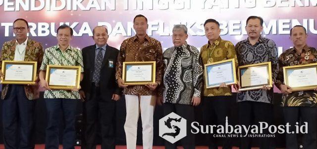 Dirjen Kelembagaan Kemenristekdikti, Patdono (empat dari kanan) dan Kepala LLDikti wilayah VII Jatim, Soeprapto (tiga dari kiri) pose bersama para rektor usai memberikan penghargaan